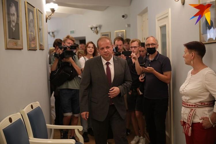 Юрий Бондарь в фойе театра с прессой.