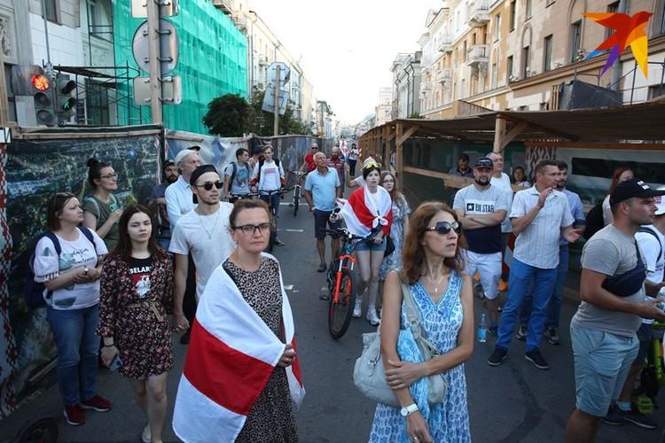 Люди стояли в ожидании Латушко 17 августа у театра и на проезжей части соседних улиц.