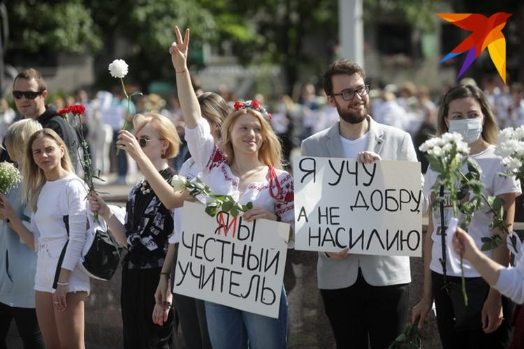 На акцию протеста вышли и учителя.