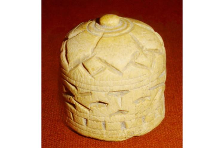 Шахматная фигура из слоновой кости, найденная в Отраре. Фото предоставил М.Б. Кожа.