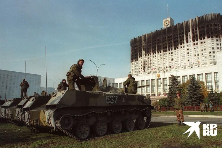 Здание правительства после обстрела.