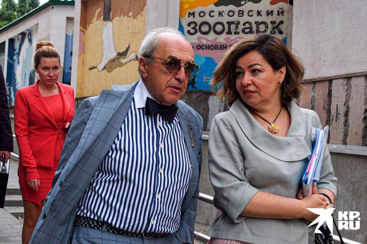 Добровинский со своими помощниками - Анной Бутыриной (на заднем плане) и Ириной Хайруллиной.