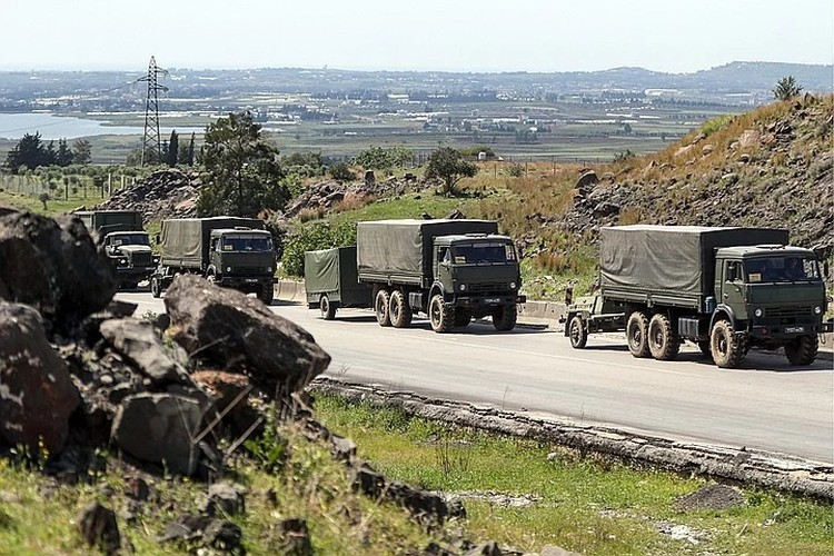 Колонна российских военных грузовиков возвращалась на место постоянной дислокации. Фото: Сергей Бобылев/ТАСС