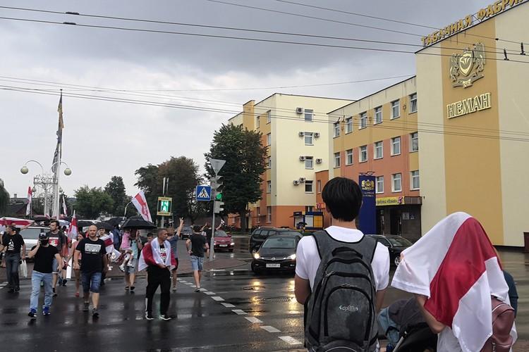 Так и не дождавшись ответного шага от работников табачной фабрики, народ направился на митинг на площадь Ленина.