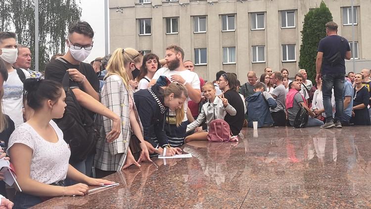 Люди снова собирают подписи под списком требований.