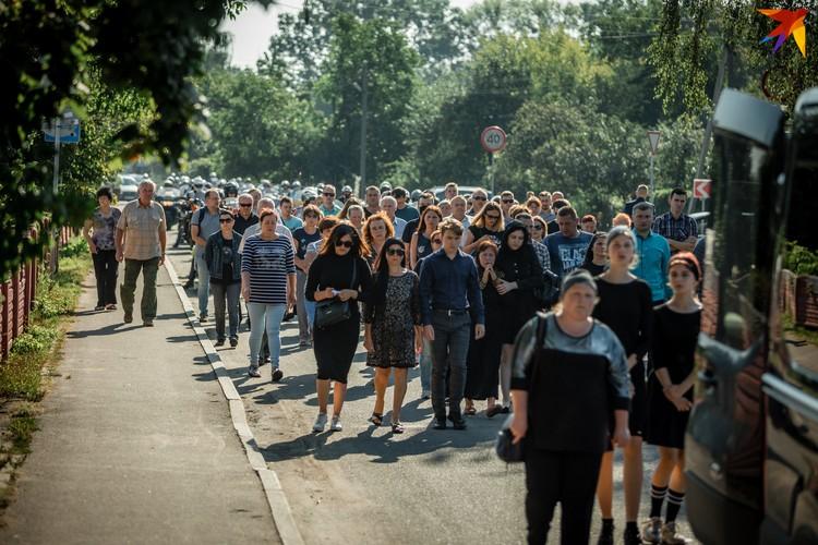 В последний путь Геннадия Шутова провожали около сотни человек.