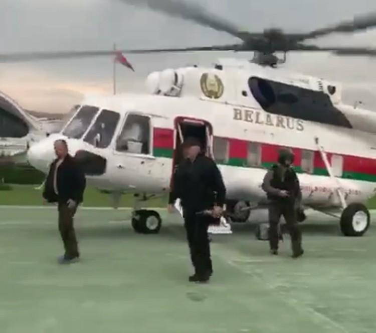 """Лукашенко вышел из президентского Ми-172 с автоматом в руках. Фото: Telegram-канал """"Пул Первого""""."""