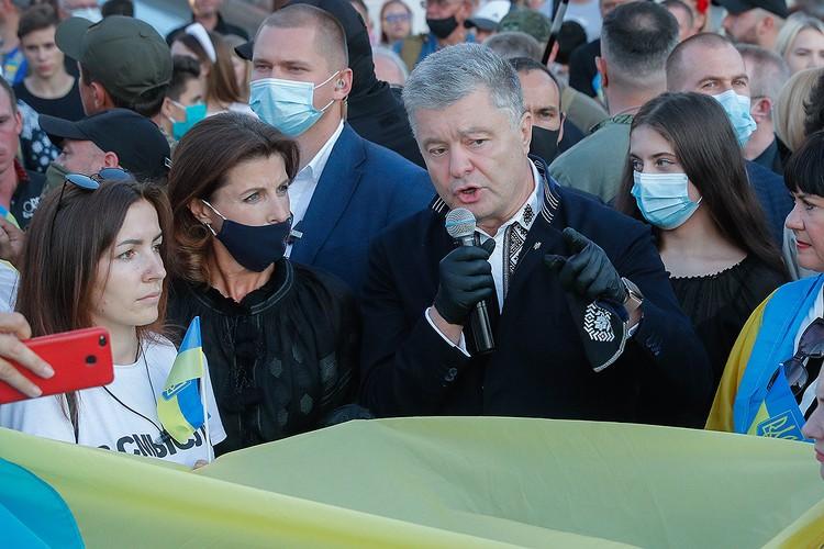 Бывший президент Украины Петр Порошенко во время празднования Дня флага Украины в центре Киева. Фото: EPA/SERGEY DOLZHENKO/ТАСС