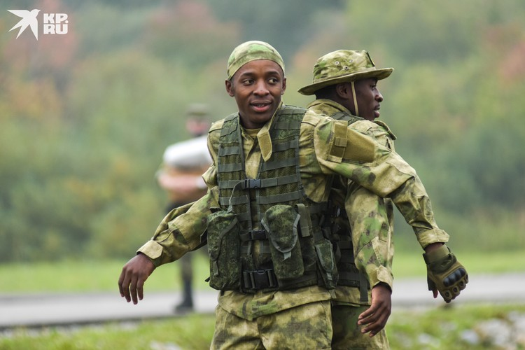 За разминкой команды Конго интересно наблюдать.