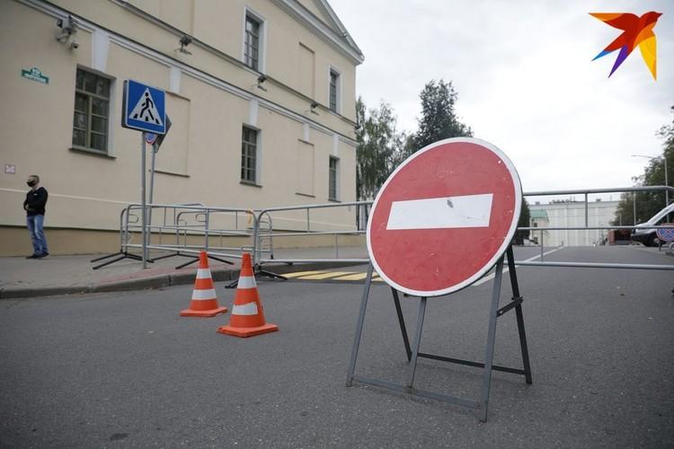 Часть улицы Фрунзе, где находится здание СК, было оцеплено. Пройти к зданию силового ведомства не разрешали люди в штатском.