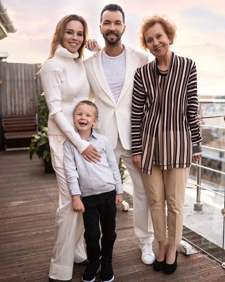 Денис Клявер с мамой, супругой и сыном