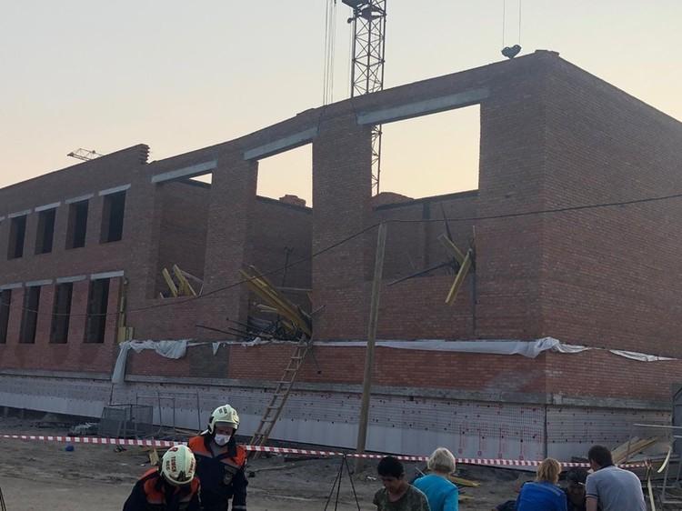 Сейчас идет техническая экспертиза строящейся школы, где обрушилась одна из конструкций. фото: ГУ МЧС по Томской области.