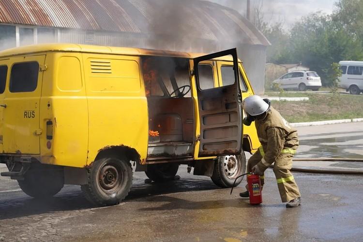 Каждый газовик должен уметь справиться с пожаром. Такая работа.