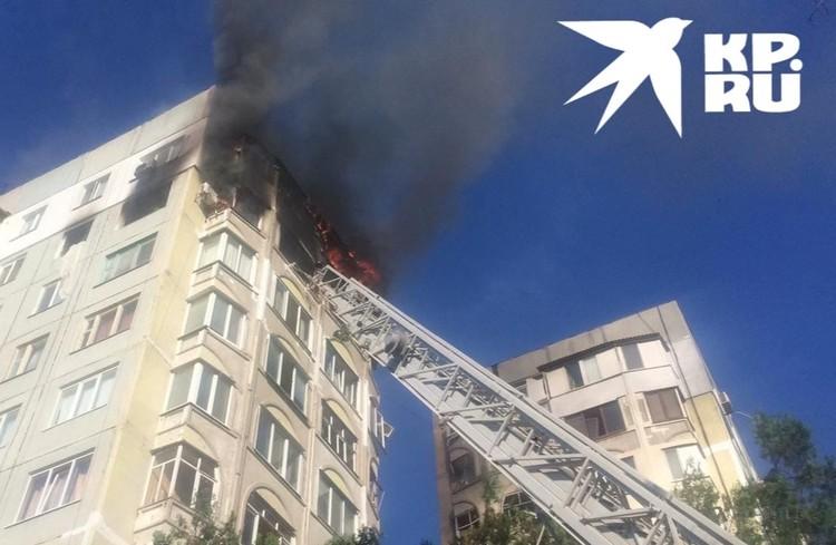 Пожар охватил два верхних этажа.