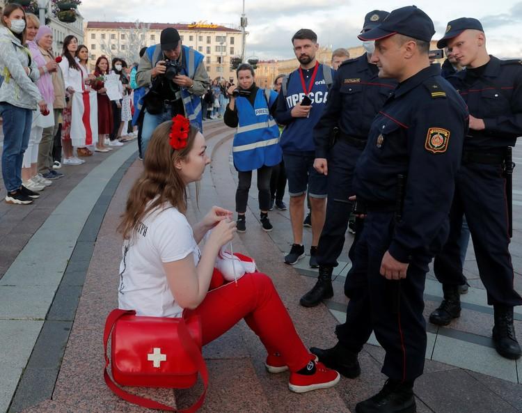 Один из принципов цветных революций - «девушка в белой кофточке»