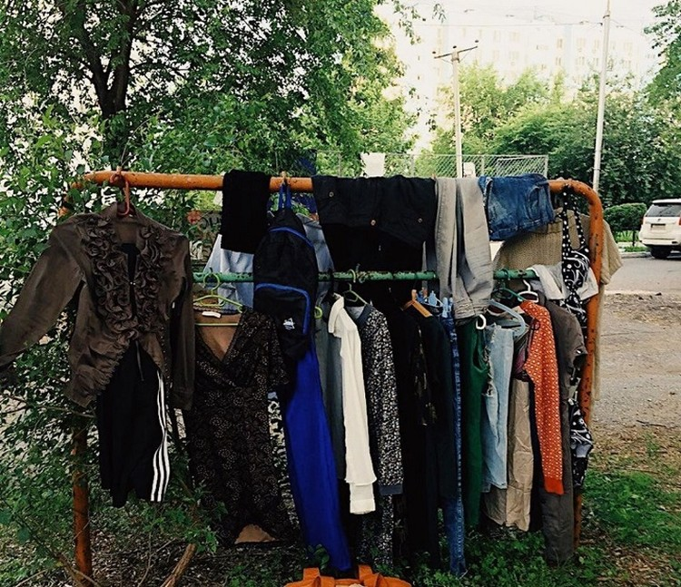 К стиральной эко-машине принесли множество одежды, среди который обнаружились весьма привлекательные экземпляры