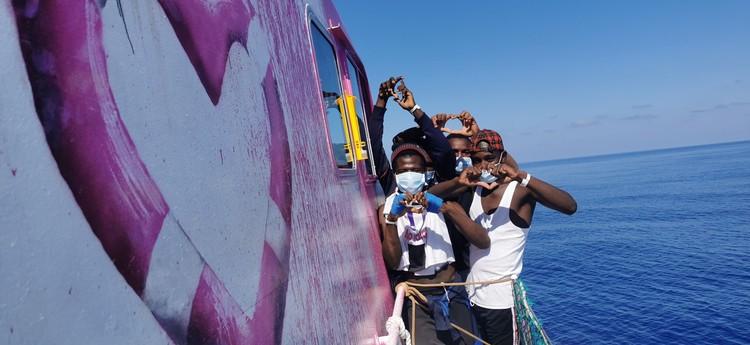 18 августа судно вышло в Средиземное море в котором взяло на борт 89 беженцев