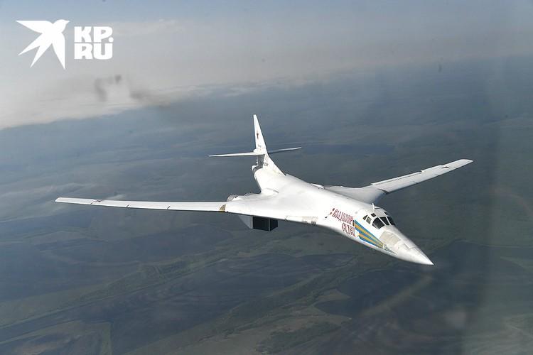 Стратегический бомбардировщик Ту-160 в воздухе.