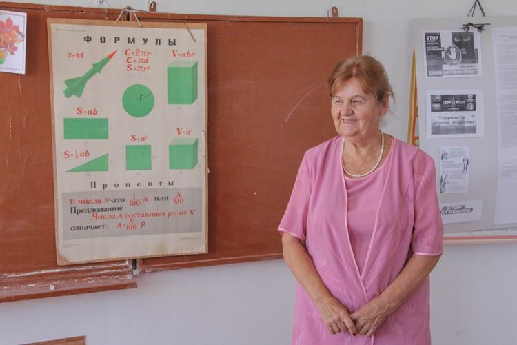 Преподаватель естественных наук Валентина Ивановна имеет 54-летний стаж работы