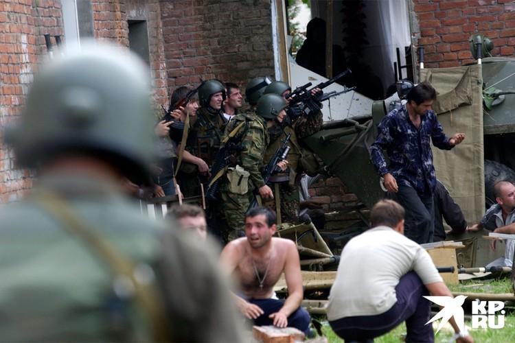 Спецназ готовится к штурму школы №1, где находятся заложники.
