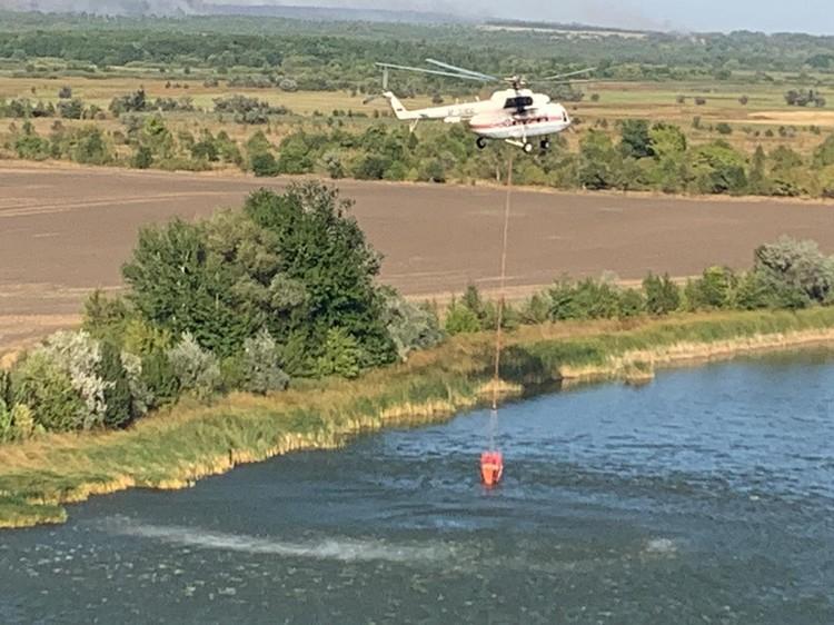 Пожар тушат с помощью вертолетов. Фото: ГУ МЧС России по РО.