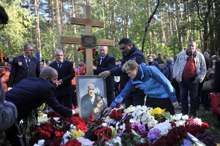 Владислава Крапивина похоронили на Широкореченском кладбище.