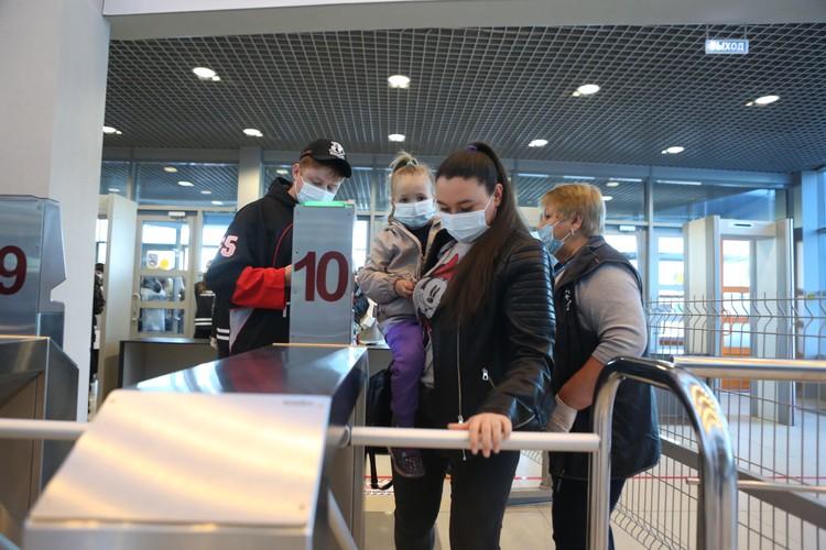 На входе и на арене всех обязали носить маски.