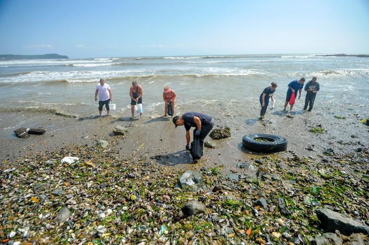 Граждане собирают морепродукты