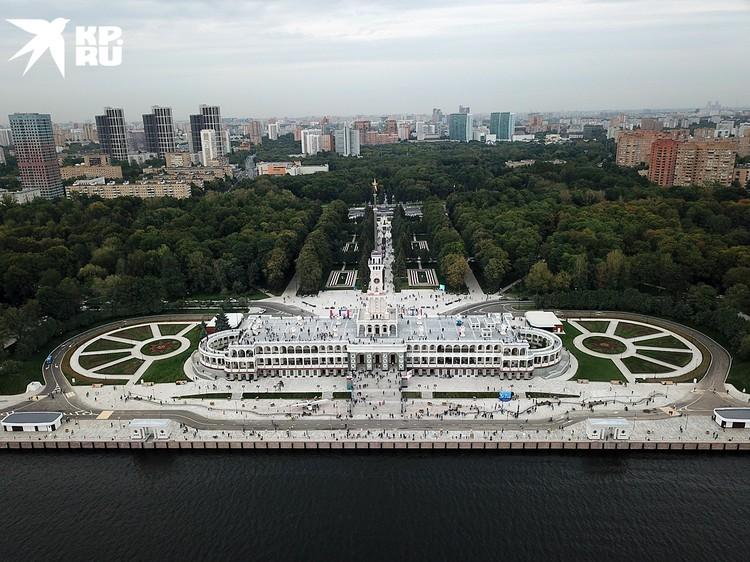 К Северному речному вокзалу, памятнику архитектуры 30-х годов XX века, теперь ведет благоустроенный красивый парк
