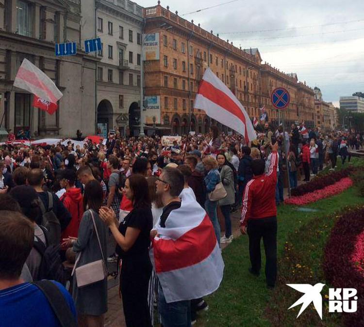 Разгонять такую толпу не стали, а завернули по привычному маршруту в сторону стелы города-Героя и резиденции Лукашенко.