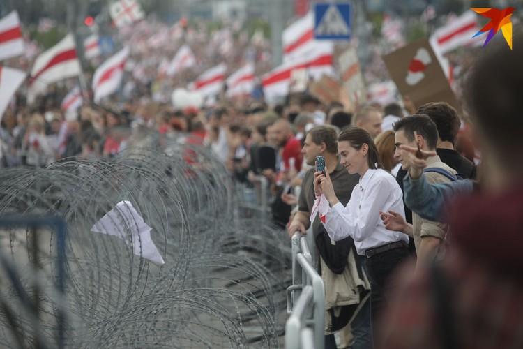 Колючей проволокой оцепили площадку у стелы на проспекте Победителей.