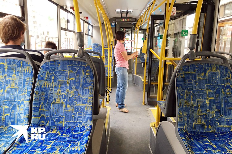 Салон в троллейбусе почти такой же, как в электробусе (разве что USB-розеток нет)
