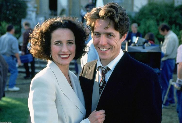 """Энди Макдауэлл и Хью Грант на съемке """"Четырех свадеб...""""."""