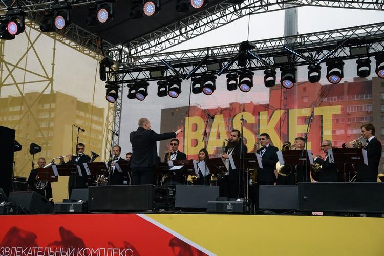 Выступление человека-оркестра и лучшего битбоксера страны Тараса Станина с настоящим духовым оркестром на открытии фестиваля.