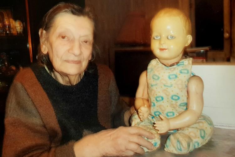 У Ляльки на головке, шее и туловище навсегда остались «шрамы». Фото: Предоставлено Петербургским музеем кукол