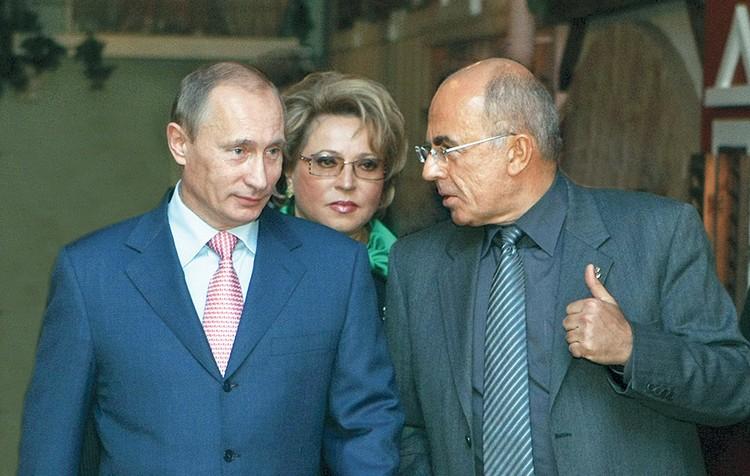 С работой СПбГУП знакомятся Владимир Путин и Валентина Матвиенко.Фото предоставлено СПбГУП.