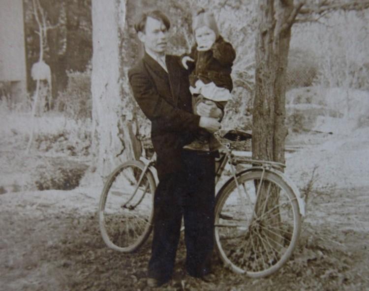 Супруг Зинаиды Дмитрий с первенцем. 1950-е годы.