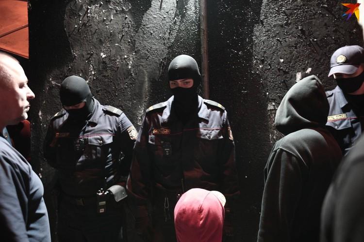 В какой-то момент у стены выстроились несколько сотрудников милиции