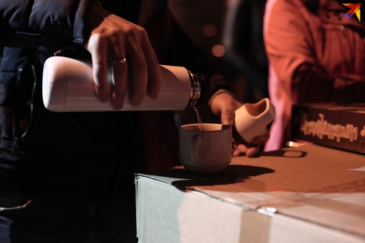 Люди приносят чай и сладости