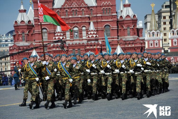 Военнослужащие парадного расчета 5-ой отдельной бригады специального назначения Вооруженных сил Республики Беларусь во время военного парада на Красной площади, в честь 70-летия Победы в Великой Отечественной войне.