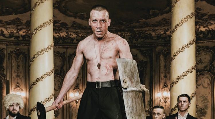 Спектакль «Бульба. Пир» главным образом строится вокруг истории любви Андрия Бульбы, сына казачьего воеводы и девушки Хелены. Фото: mbronnaya.ru