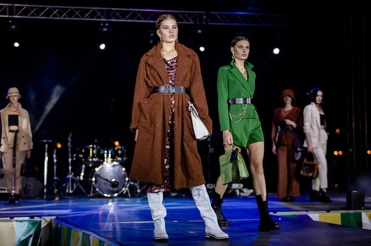 По словам дизайнеров, после показов модницы интересуются коллекциями