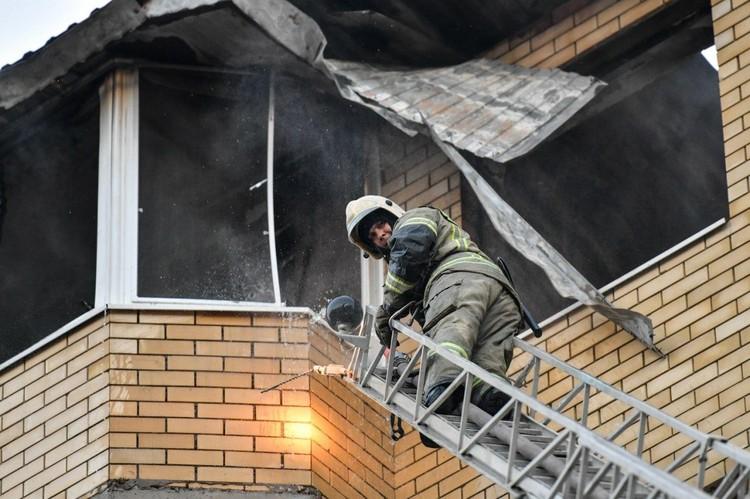 Спасатели не только тушили пожар, но и спасали жильцов, которые спали, когда вспыхнуло пламя.