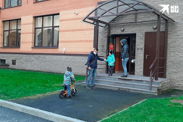 Многие шли на участок вместе с детьми.