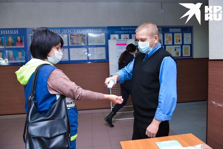 Новосибирцев на избирательных участках встречали с термометрами.