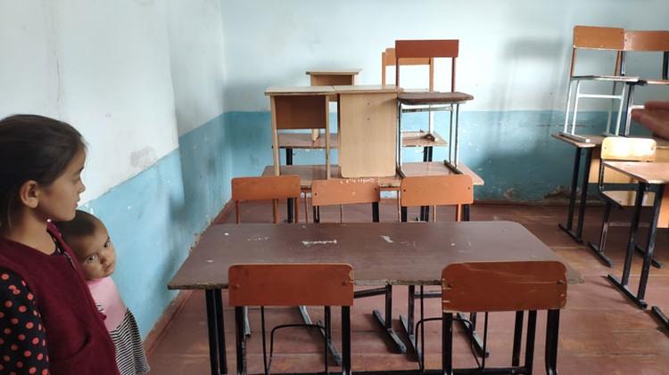 На таких стульях и за такими партами во время уроков сидят малыши.