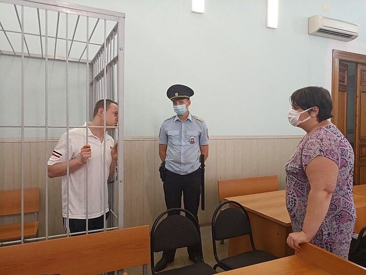 """Владимир Чичаев (на фото - за решеткой) на суде утверждал, что не бил дочь утюгом по голове, а просто уронил ее. А его сожительница Наталья Канабеева """"просто"""" не сообщила никуда о смерти ребенка"""