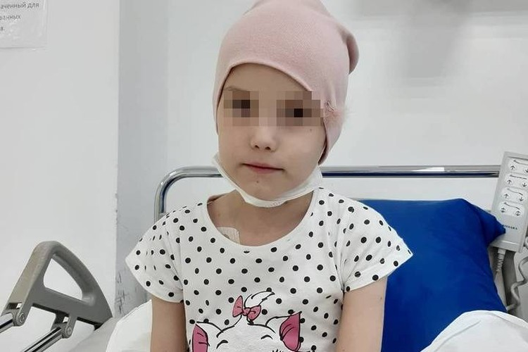 Сейчас малышка находится в питерской клинике, где готовится к повторной трансплантации костного мозга