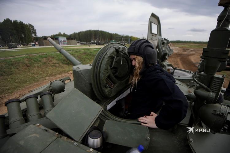 Без шлемофона внутри танка делать нечего!
