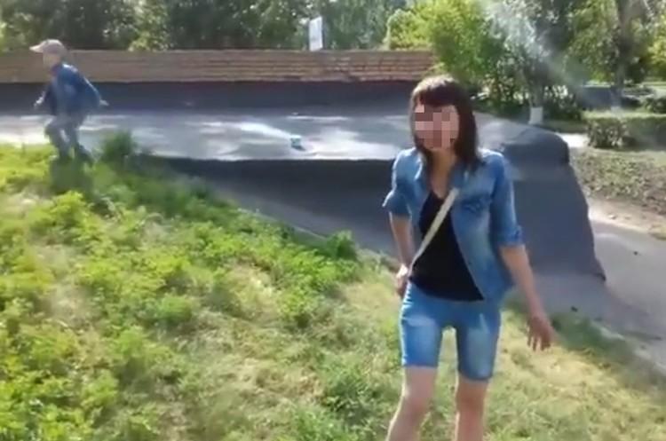 """На видео, пока девушка никак не может прийти в себя, мальчик залезает на крышу гаража. Фото: кадр с видео, размещенного на канале """"Плохие новости"""""""